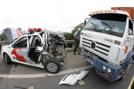 Caminhão bate em viatura e PM despenca de viaduto