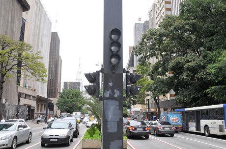 Semáforo apagado no cruzamento da alameda Casa Branca com avenida Paulista