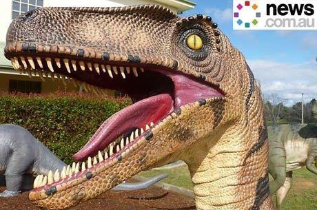 A peça, feita em fibra de vidro, representa um Utahraptor, um predador de grandes dimensões