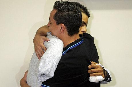 David abraça Thiago, que o socorreu no dia do acidente
