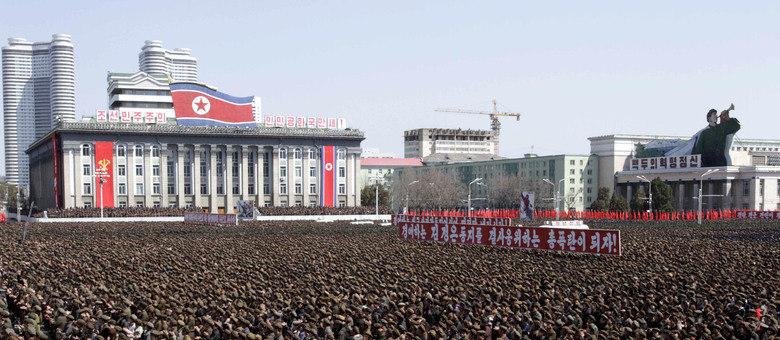 Soldados, ex-combatentes, trabalhadores e estudantes fazem ato na praça Kim Il-Sung