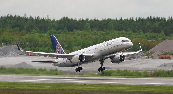 Comissários e policiais de bordo, executivos de linhas aéreas, pilotos e membros da Administração de Segurança dos Transportes se opõem à decisão de permitir que passageiros portem facas de até seis centímetros a partir do mês que vem
