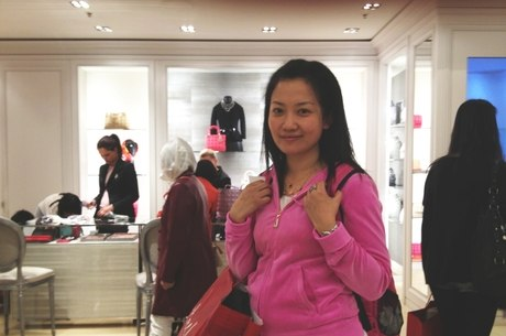 A turista Wang Dnan disse que seu guia a orientou a esconder dinheiro e passaporte