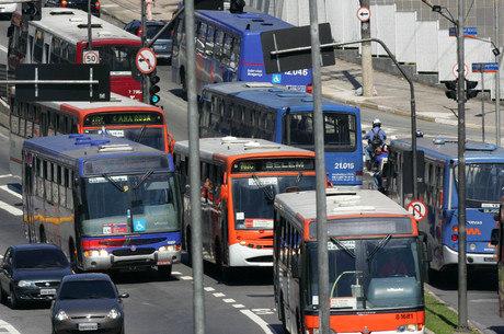 Prefeitura quer instalar câmeras em ônibus para impedir invasão de corredores por carros e motos