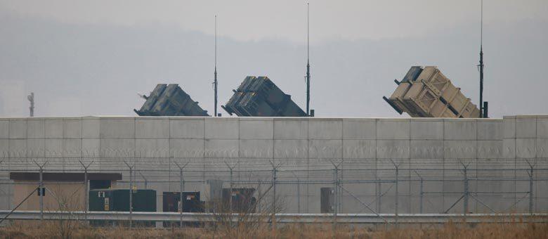 O U.S. Army Patriot, bateria antiaérea dos Estados Unidos, é visto ontem na base de Osan, ao sul de Seul, na Coreia do Sul: manobras militares isolam ainda mais Pyongyang
