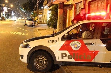 Após a ação, o atirador fugiu e o dono do bar foi socorrido por testemunhas