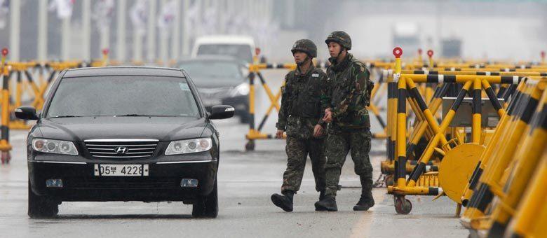 Em Paju, soldados sul-coreanos observam o retorno de veículos do complexo industrial em Kaesong, situado na Coreia do Norte mas que contra com milhares de trabalhadores do Sul