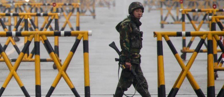 Soldado sul-coreano monitora os veículos que passam sobre a ponte da Grande Unificação, que liga as Coreias