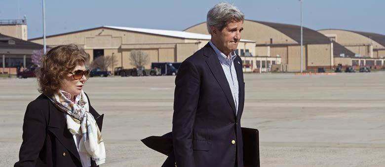 John Kerry e sua mulher, Teresa Heinz Kerry, se preparam para a terceira viagem do secretário de Estado dos EUA