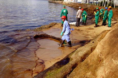 Produto chegou ao mar pelo canal de São Sebastião