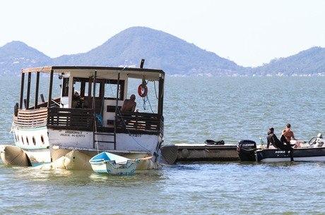 Embarcação encalhouno trapiche da Beira Mar Norte na quinta-feira