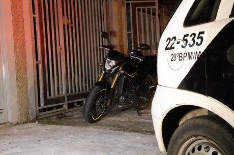 Bandidos tentaram assaltar policial, que estava à paisana e reagiu