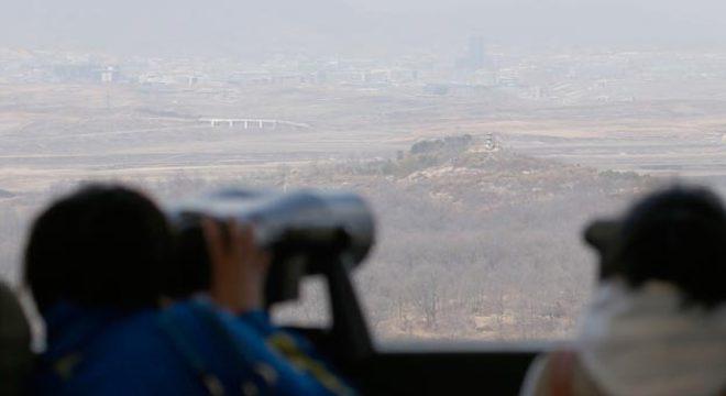 Em Paju, cidade sul-coreana, turistas usam binóculos para observar o complexo industrial de Kaesong, localizado do outro lado da fronteira