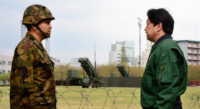 O ministro da Defesa do Japão, Itsunori Onodera, inspeciona sistema antimísseis instalado no centro de Tóquio