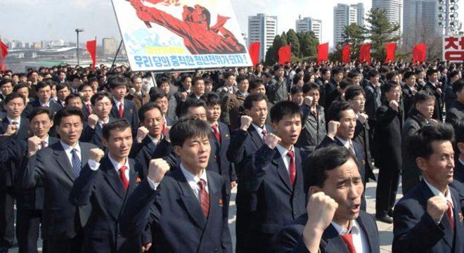 Norte-coreanos participam de juramento em Pyongyang ante as estátuas dos fundadores do país: Kim Il-sung e Kim Jong-il
