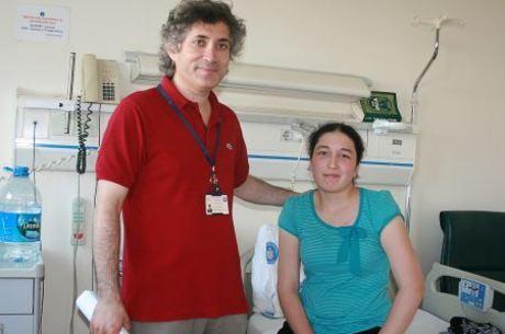 Derya Sert, que recebeu o transplante, e o médico Omer Ozkan