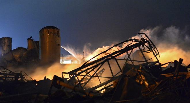 Ao menos 15 pessoas foram mortas e centenas ficaram feridas em explosão ocorrida numa fábrica de fertilizantes