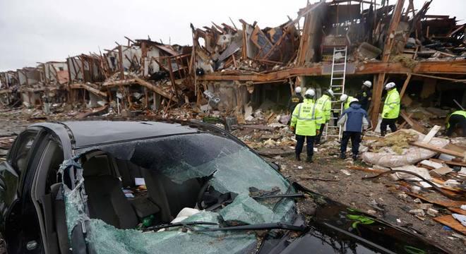 Bombeiros vasculham apartamentos destruídos na explosão em busca de sobreviventes