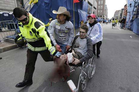 Imagem mostra Arredondo (com chapéu de caubói) socorrendo a vítima. Pai do rapaz ferido só ficou sabendo que o filho estava vivo após ver a foto