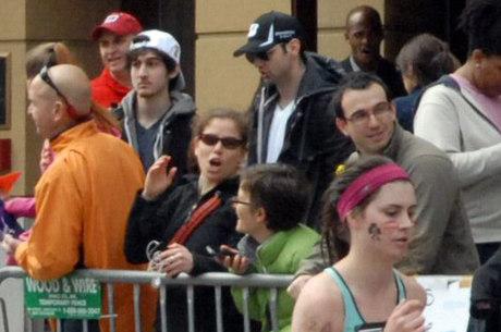 2ed34322576ee6 Os irmãos Tsarnaev durante a Maratona de Boston, que deixou três mortos e  mais de