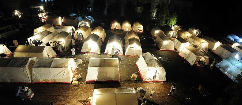Chineses passaram a noite em tendas improvisadas em Yaan