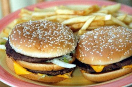 Combos de fast food são bombas de gordura e sódio, diz Proteste