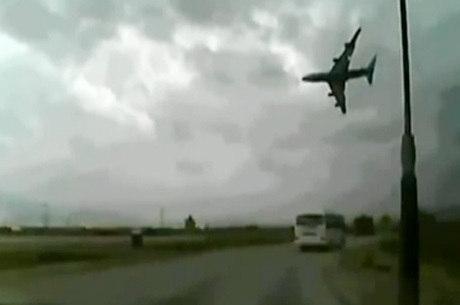 Câmera em carro registrou o momento da queda do avião