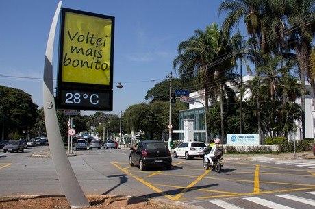Em 2012, a Prefeitura lançou concorrência para conceder a exploração publicitária dos novos relógios de rua de São Paulo