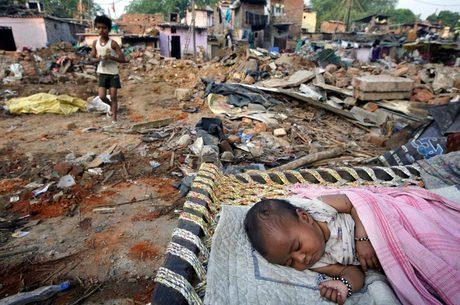 Bebê dorme em via do assentamento Sonia Gandhi