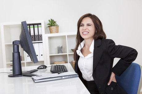 Encostar as costas na cadeira é importante para evitar dor