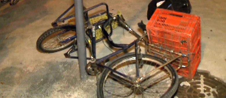 A bicicleta ficou completamente retorcida após a batida contra o ônibus, no início da noite de quinta-feira (9)