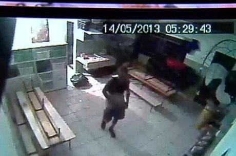 Câmeras de segurança flagram bandido no interior da creche