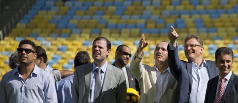 Valcke (segundo da direita para esquerda), com Ronaldo e Bebeto: O Maracanã foi o 3º estádio visitado pelo dirigente da Fifa nesta semana. Ele esteve na Arena das Dunas, em Natal, e no Estádio Nacional Mané Garrincha, em Brasília