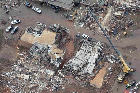 Imagem aérea mostra os estragos causados na escola Plaza Towers