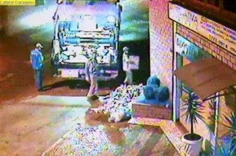 Um dos garis levou uma caixa do depósito e guardou no caminhão