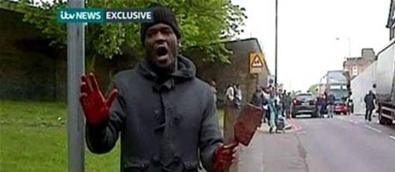 Um vídeo obtido pelo canal ITV News mostra um homem com as mãos cheias de sangue, segurando o que parecem ser um cutelo e um facão similar aos usados em açougues