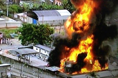 Explosões acontecem em meio às chamas em depósito em Caixas