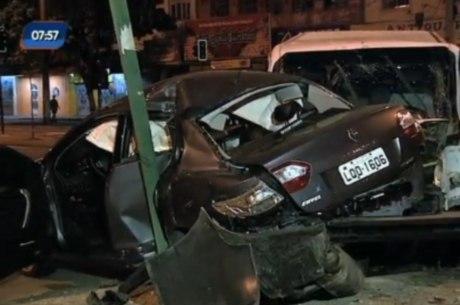 Carro ficou preso entre van e poste no bairro Caxambi