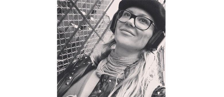 Ellen Jabour apostou em um look mais nerd em Paris