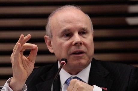 Mantega atribuiu os valores da conta aberta no banco suíço Picktet à venda de um imóvel herdado de seu pai