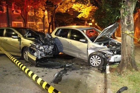 Dois carros roubados se envolvem em acidente na zona sul de SP