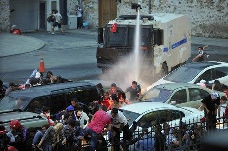 Manifestantes tentaram cercar o gabinete do primeiro-ministro turco, Recep Tayyip Erdogan, neste domingo (2) e foram recebidos com violência pela polícia