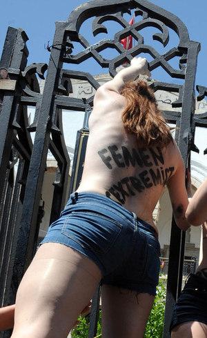 Mulher protesta contra prisão de ativistas