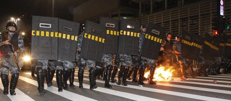 Policiais do choque ocupam avenida Paulista durante manifestação; 15 pessoas foram detidas