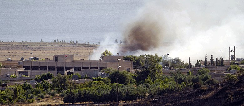 Foto tirada do lado israelense da fronteira com a Síria mostra fumaça de incêndio nas Colinas de Golã, causada por confrontos entre rebeldes sírios e forças leais ao regime