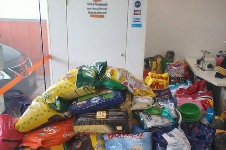 Famílias recolheram ração para cães que foram resgatados