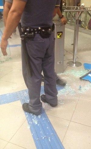 Manifestantes quebram vidraça da estação Faria Lima do Metrô