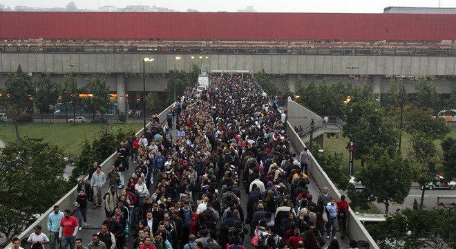 Em 2011, greve dos ferroviários formou grandes filas na estação Corinthians-Itaquera, que interliga trem, metrô e ônibus