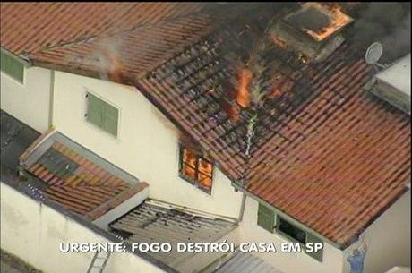 Incêndio destruía casa na zona oeste na manhã desta quinta