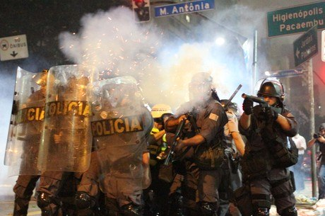 Confronto entre PMs e manifestantes terminou com 241 detidos